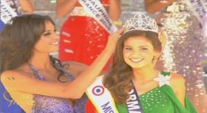 Chloé Mortaud (à gauche) - Miss France 2009 - remet la couronne à Malika Ménard, Miss France 2010 (à droite) - © Déc. 2009 - TF1